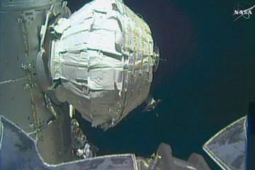 美宇航员太空行走为空间站换电池